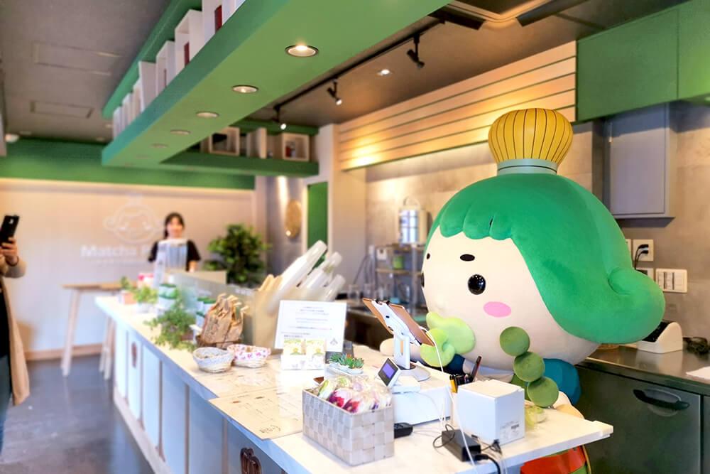 京都・嵐山店のレジ番をするおうじちゃま