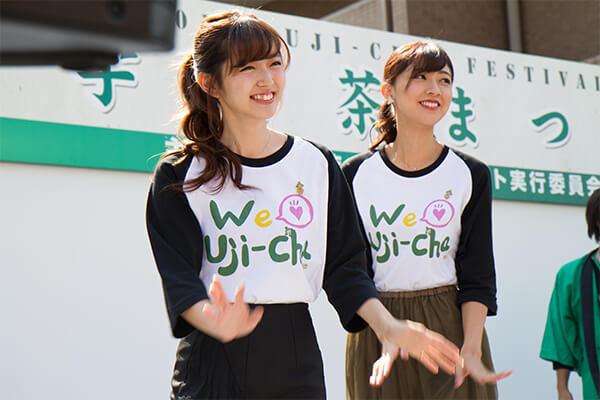 宇治茶❤大使 抹茶ーず。の熊井友理奈さん、鈴木愛理さんと、地元宇治で初めてのテーマソングライブを開催